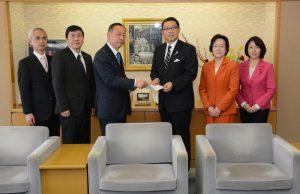 成澤区長に「2014年度補正予算に関する緊急要望」を提出