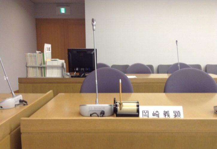 委員会室の岡崎席