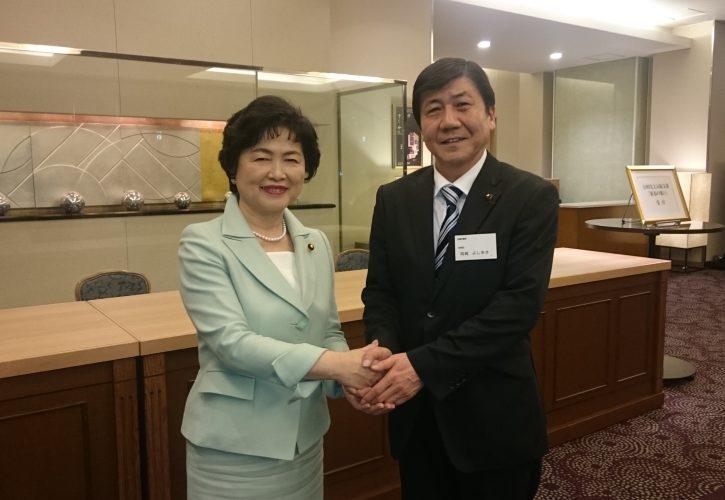 高木美智代衆議院議員と握手